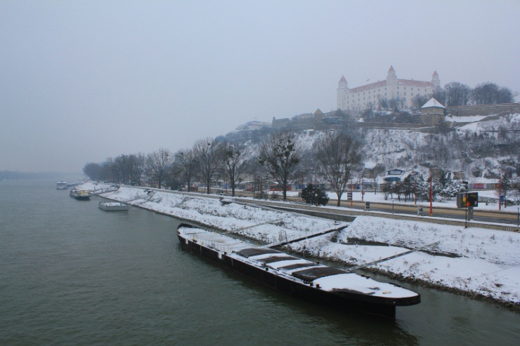 Zimowy Dunaj i ośnieżony Zamek Bratysławski